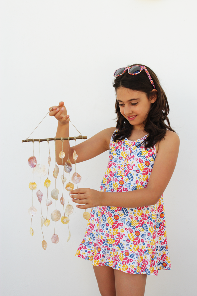 http://curlymade.blogspot.pt/2014/09/diy-seashell-wind-chime-goodbye-summer.html
