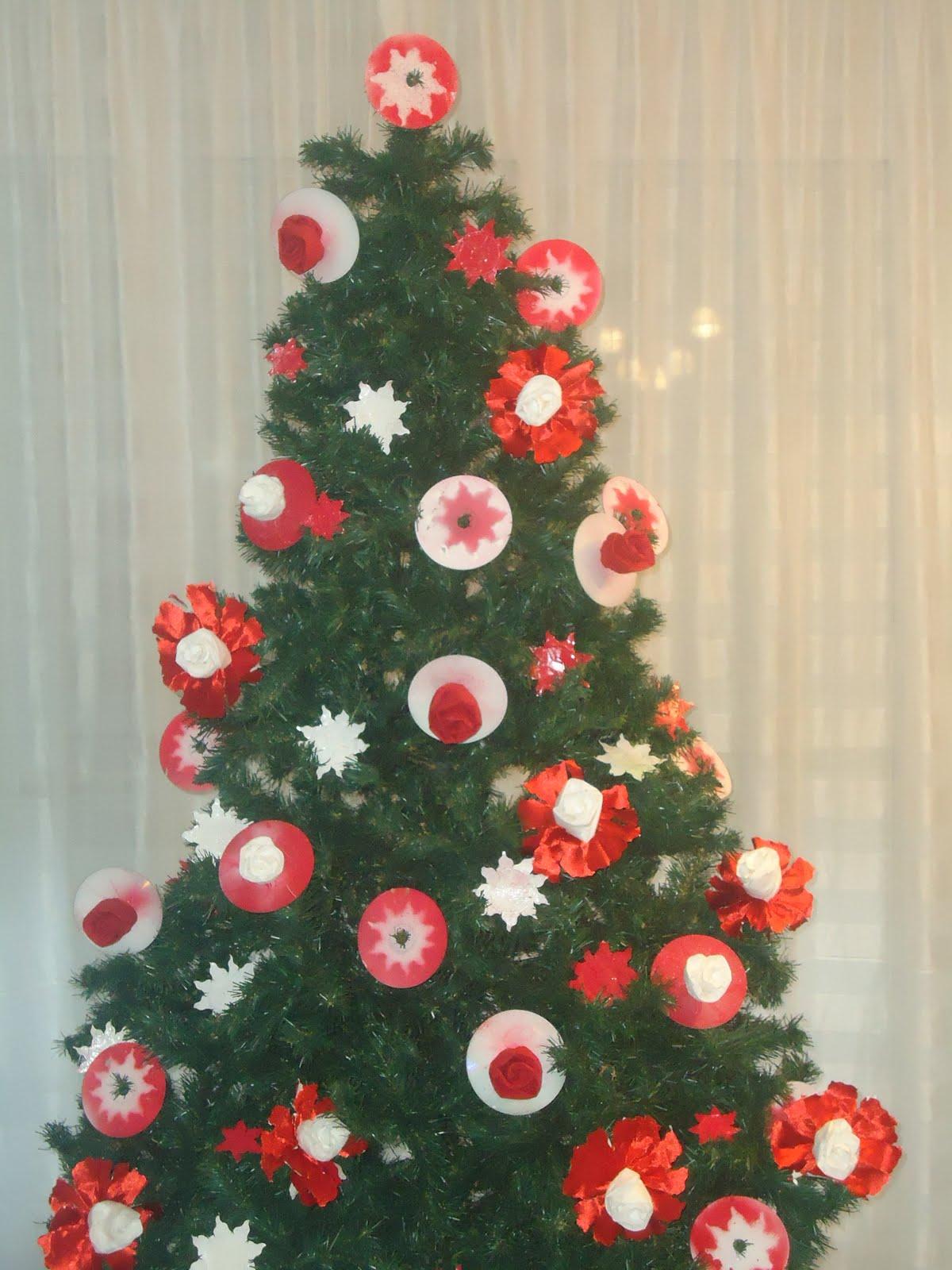Manualidades y decoraci n arbol navidad con cd i flores - Manualidades de arboles de navidad ...