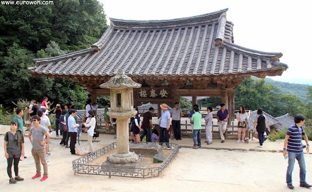 Linterna de piedra y pabellón Anyangnu del templo Buseoksa