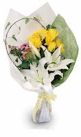 hand buket mawar dan lily