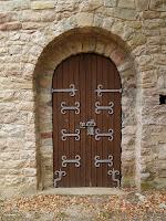 La porta d'entrada de l'ermita de Sant Quirze de Subiradells