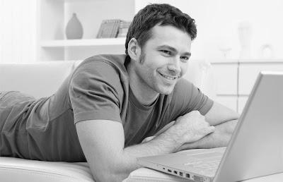 happy-man-using-computer - laptop - انواع الشباب على النت - رجل يستخدم يستعمل الكمبيوتر