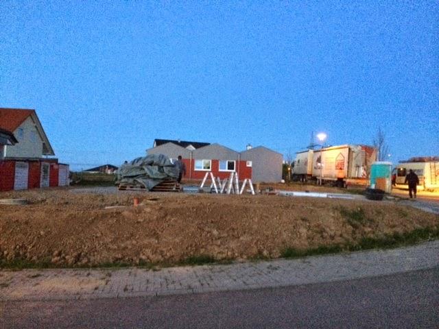 Gegen 7:00 Uhr War Es Dann Soweit   Die Erste Wand Kam Angeflogen Und Wurde  Gesetzt! Hier Einige Bilder Vom Aufbau Des EG, Der Außen Gegen 8:30 Uhr  Bereits ...