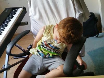 Bir Annenin Blogu - Yorgun Deniz koltukta uyuyakalmış