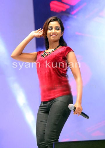 Shreya Ghoshal doing moves on stage  - Shreya ghoshal singing in Red Top Black Jeans