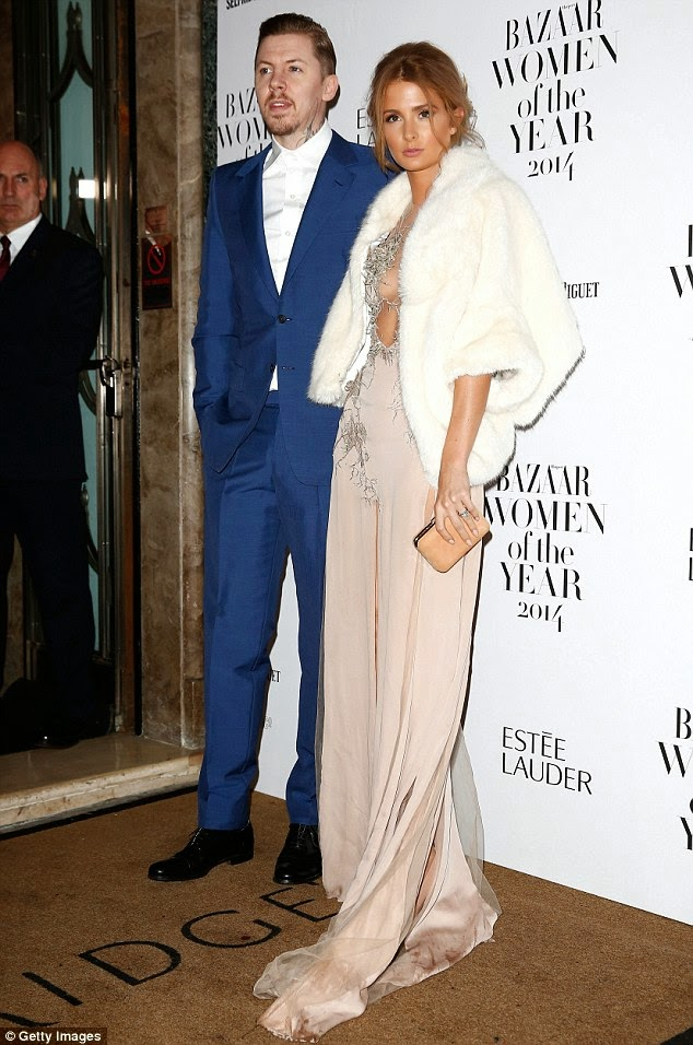 ميلي ماكينتوش تبدو في قمة الأناقة بفستان ضيق مع زوجها خلال احتفال في لندن