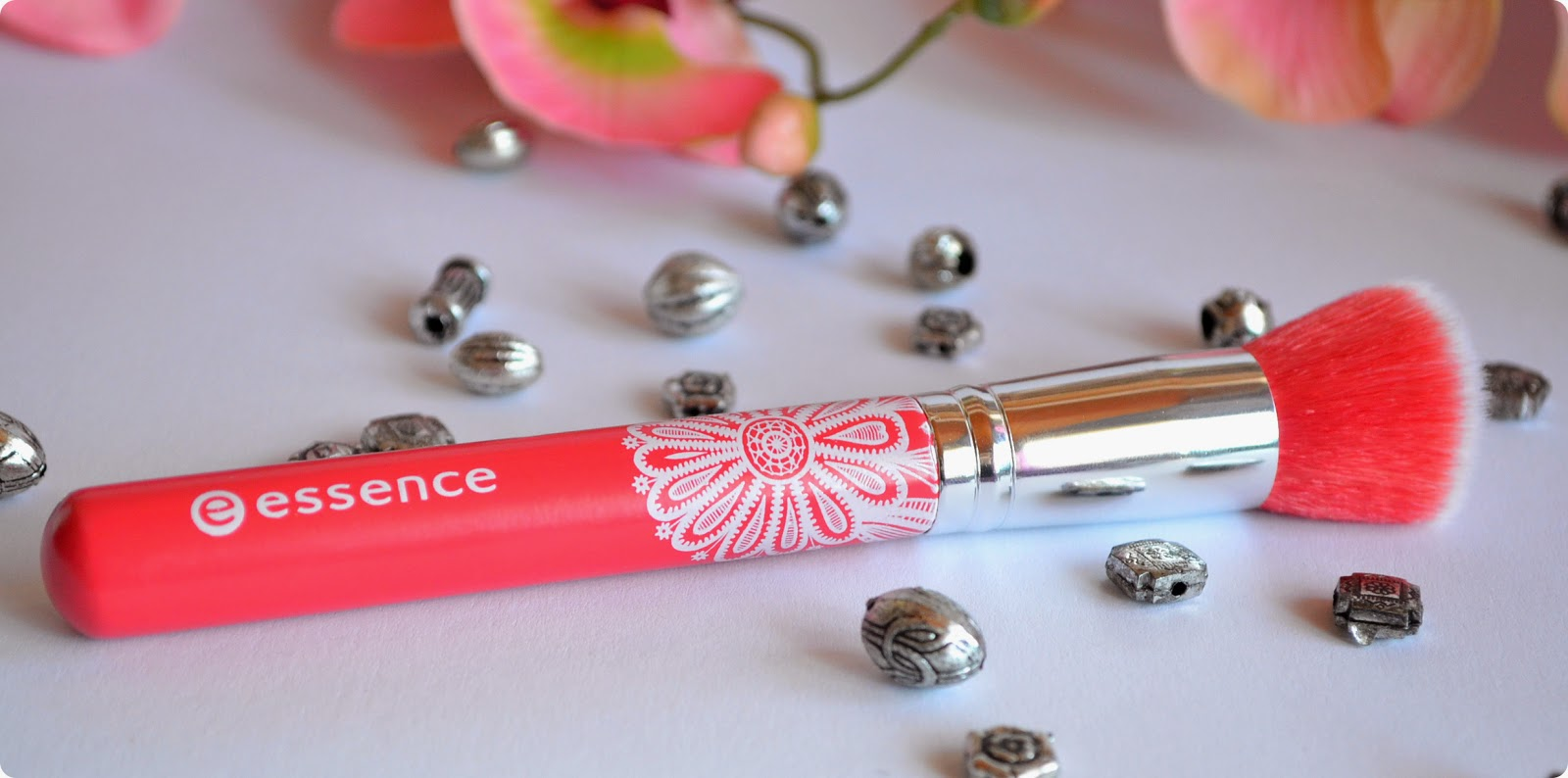 Review essence Bloom Me Up Tools BLUSH BRUSH CHASING LACY