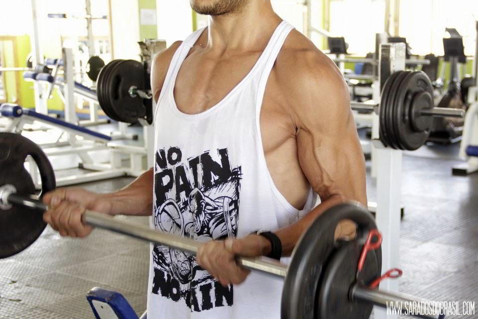 Rosca direta com barra - 3 séries de 12 repetições - 26 kg - Foto: Marcos Januário