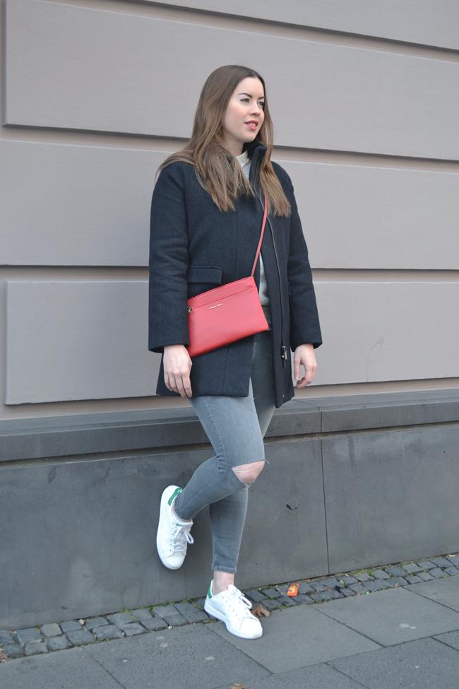 lässiger Citylook, Super Store Cologne, rote Umhängetasche