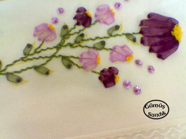 kurdela nakışından havlu örneği,gavlu modeli,çiçekli havlu yapımı,kurdela nakışından çiçek,muline ip,kurdela nakışından yaprak,kurdela nakışından çiçekli havlu modeli