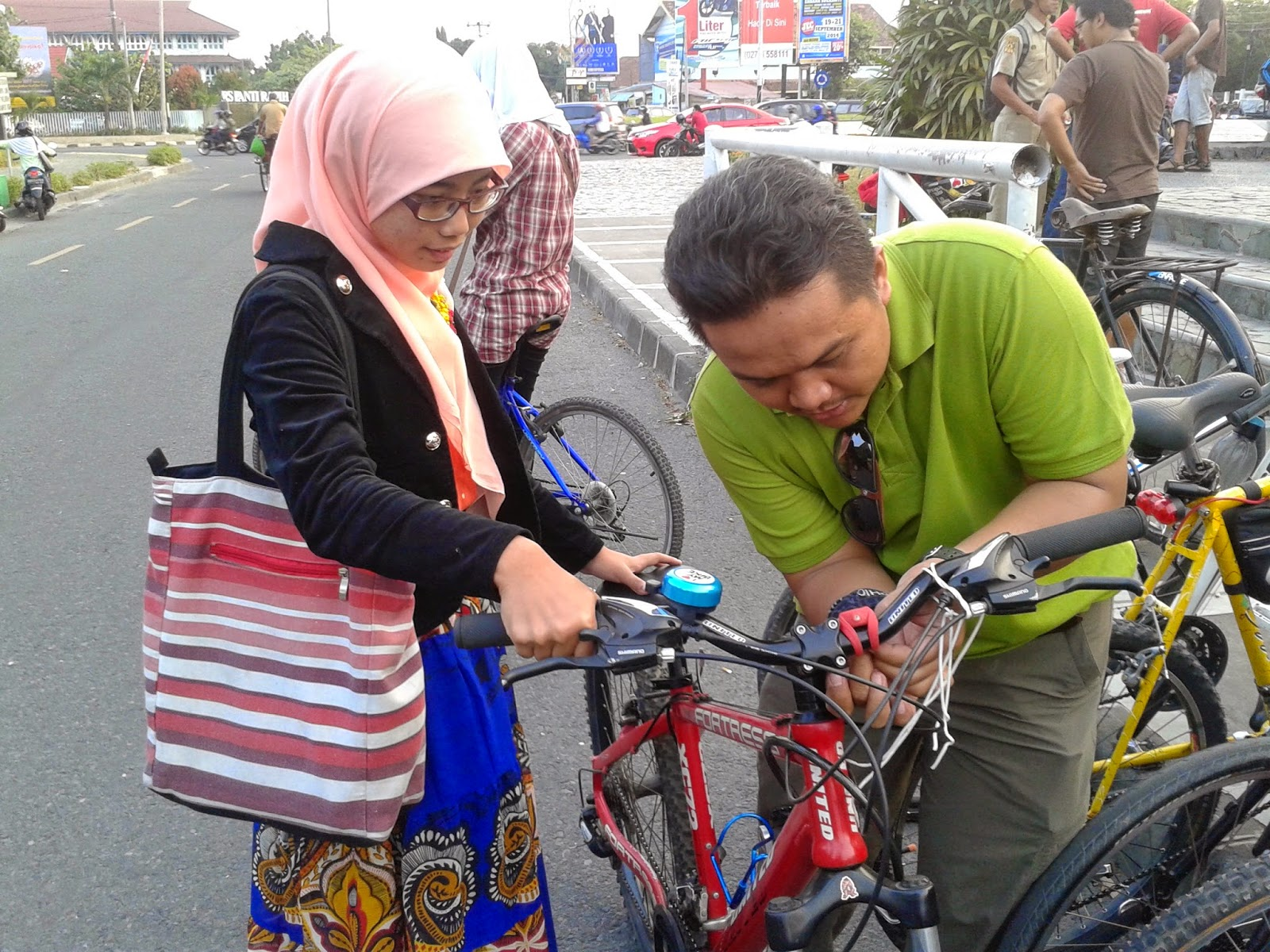 Dua maba yang beruntung mendapat kenang-kenangan lampu sepeda dai Pak Yo