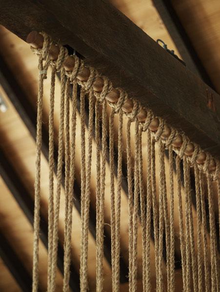 Cordas tensionadas dividem e dão um efeito lindo e rústico. Vi aqui ...