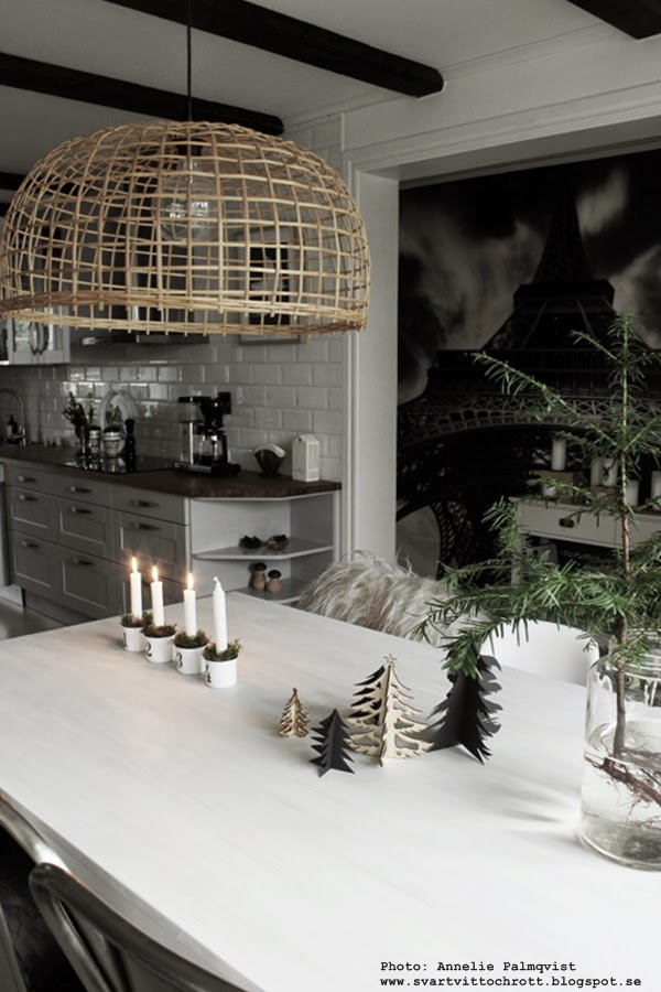 matsal, matbord, köksbord, köksbordet, gran, granar, jul, julen, julens, advent, adventsljusstakar, emaljkoppar, gran i vas, kök, kökets, köket, inredning, vitt,