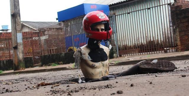 Campo Mourão: Protesto diferente. Moradores colocam boneco com capacete em buraco na rua
