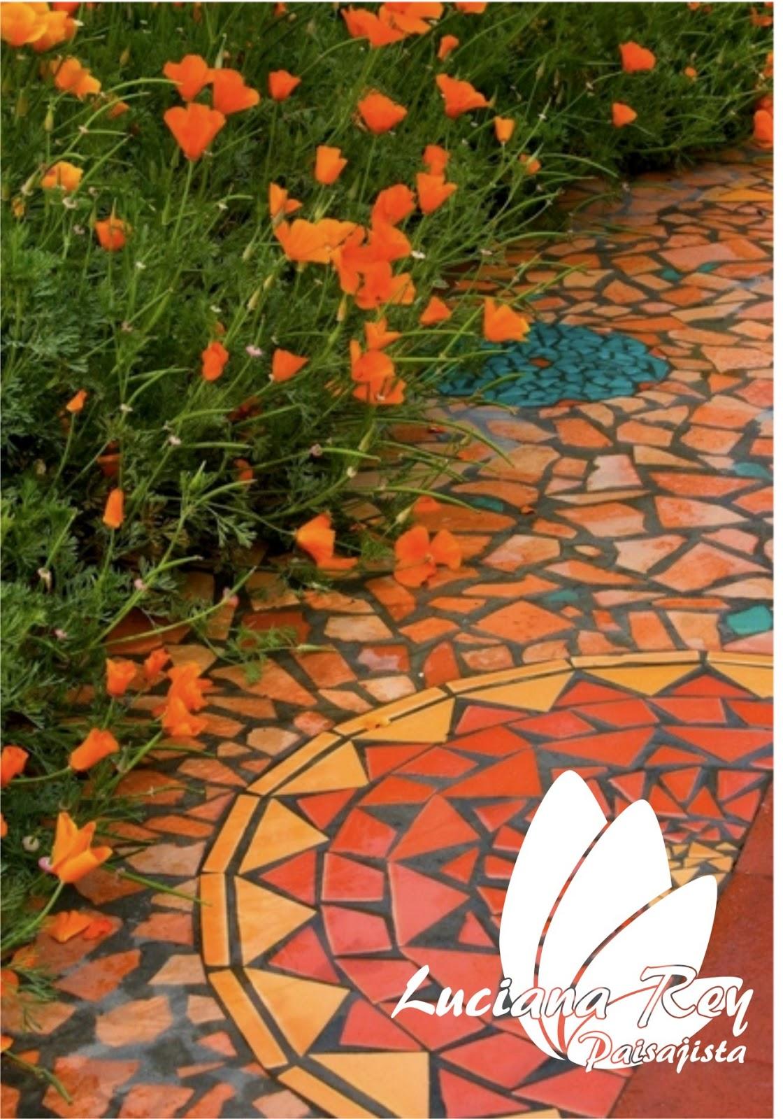 Мозаика на колодце на бетоне