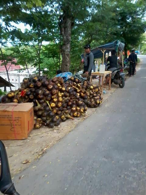 Penjual Legen dan Siwalan. Minuman dan makanan khas Tuban.
