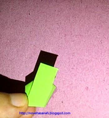 potongan kertas bekas terus dilipat hingga ujung