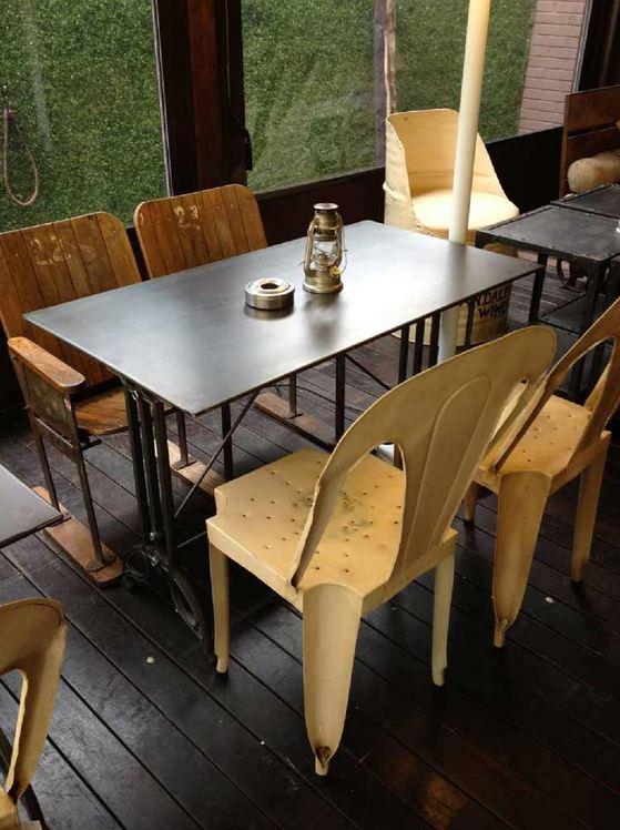 Mesas y sillas en metal de estilo industrial en hierro y madera envejecida sillas de metal - Mesas vintage madrid ...