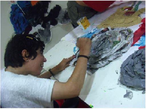 Persona realizando un collage