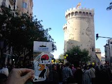 80.000 persones es manifesten a València. FES CLICK A LA FOTO I VEURÀS EN LLUIS LLACH CANTANT.