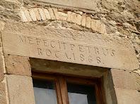 Detall de la inscripció de la llinda de la dreta, del primer pis de la façana principal de la masia El Boix
