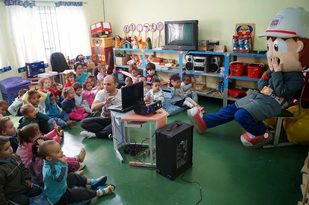 O especialista Eliandro Canto utiliza diversas ferramentas pedagógicas para educar as crianças a respeito das leis do trânsito
