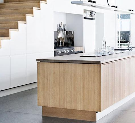 Decoraciones y mas modernas cocinas bajo las escaleras en for Kitchen designs under stairs