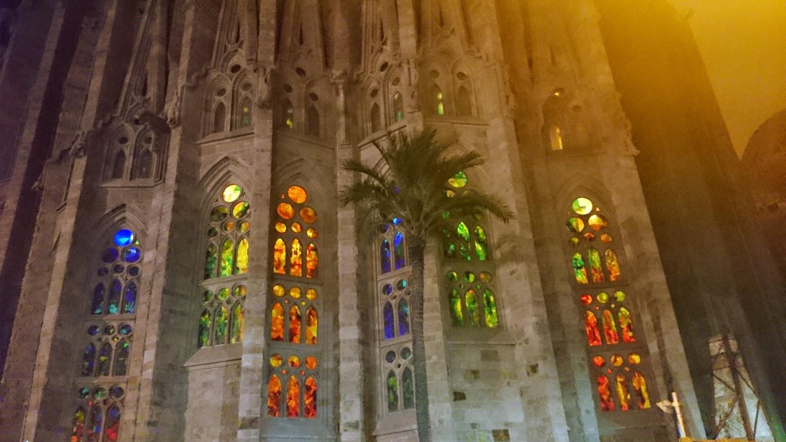 sagrada famila,barcelona,sagrada familia nocą,jak wygląda sagrada familia,atrakcje w barcelonie,witraże w barcelonie,hiszania atrakcje,wakacje w barcelonie