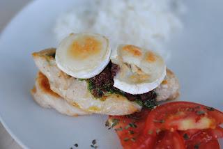 Kyckling med pesto och chevre