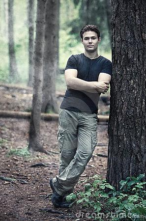 young-calm-man-أكتشفي ماتخفيه شخصية الرجل الهادئ - رجل وسيم يستند على شجرة - handsome