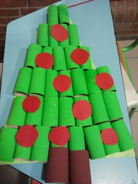El blog de nuestra biblio rbol de navidad con rollos de - Arbol de navidad con papel ...