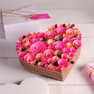 Caixa de presentes com rosas de papel