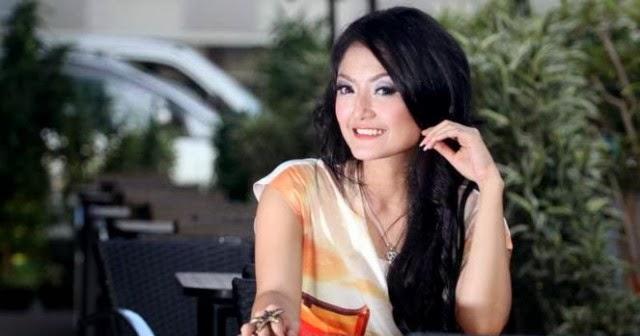Foto bugil siti badriah beredar di fb twitter video for Siti di foto
