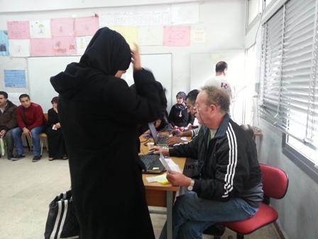 جانب من توزيع المساعدات