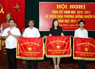 Đồng chí Phó Chủ tịch UBND tỉnh trao cờ thi đua cho các tập thể có thành tích trong năm học 2010- 2011. Ảnh: PT
