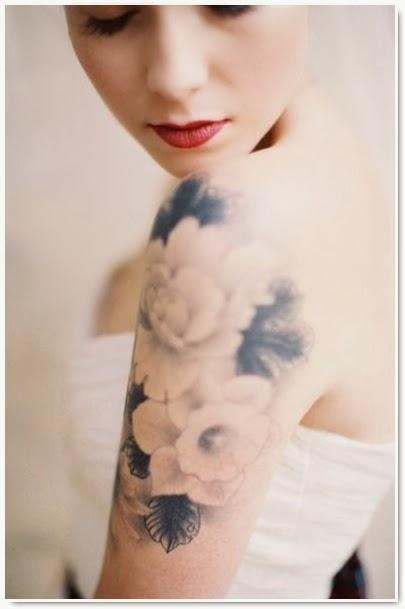 beau tatouage au motif grosse fleur sur l'épaule