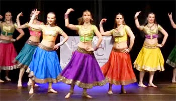 Foreign Girls dancing for Indian Tamil Song