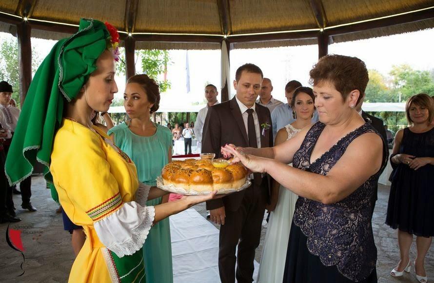 захранване със сватбена пита - ритуал