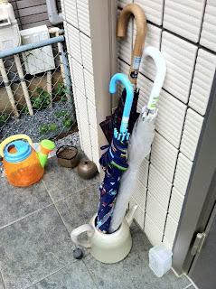 傘立てを買ってないのでやかんで代用する我が家