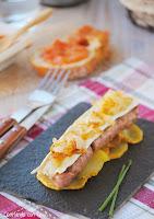 Butifarra esparracada con brie y cebolla caramelizada sobre cama de patatas