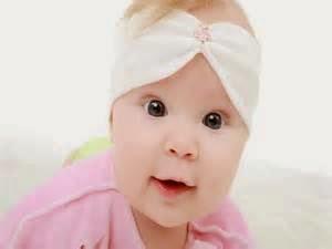 gambar bayi perempuan dan aksesoris rambut di kepalanya