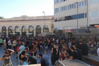 Manifestantes agrupam-se em Monastiraki [fonte: Global Voices Online]