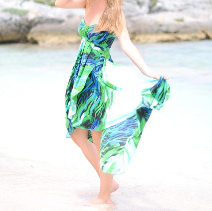 Vestido asimétrico estampado en el blog de moda de Mónica Sors. Fotos tomadas en Cancún, México
