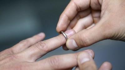 يكتشف أن زوجته رجلا بعد 19 سنة زواج !!!!