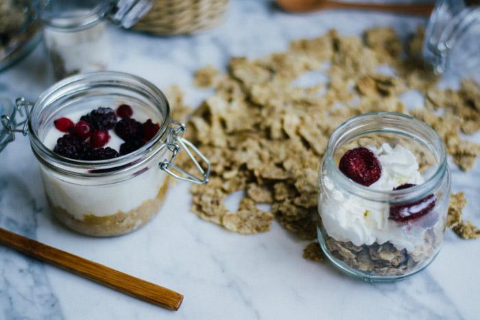 Yogur con galleta y frutos rojos fácil