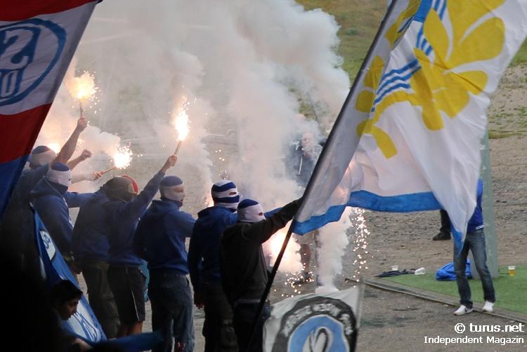 Le Mouvement en Allemagne . - Page 8 Schalke_ultras_pyro-support_gegen_chemie_leipzig_20130908_1363968356