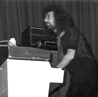 El líder de King Crimson, Robert Fripp tocando el Mellotron M400 en directo en 1972