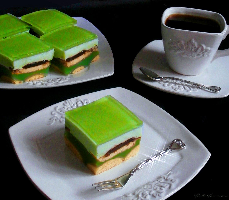 """Ciasto """"Shrek"""" - bez pieczenia - Przepis - Słodka Strona, Ciasto """"Shrek"""" to jedno z popularniejszych deserów jakie znajdziemy w sieci. Swoją nazwę zawdzięcza oczywiście zielonemu kolorowi, który jest charakterystyczny dla znanego niemal wszystkim dzieciom bohatera. Ciasto """"Shrek"""" cechuje kisielowo-budyniowa masa na bazie soku, krem śmietanowy stworzony na wzór ptasiego mleczka oraz wierzch stanowiący orzeźwiającą galaretkę. We wnętrzu ciasta znajdziemy delicje szampańskie, natomiast spód stanowią okrągłe biszkopciki. Całość stanowi ciekawy, prosty i orzeźwiający deser idealny np. na dziecięce przyjęcia. Ciasto """"Shrek"""" - bez pieczenia - Przepis - Słodka Strona ciasto shrek przepis, zielone ciasto, zielone ciasto przepis, placek shrek, placek shrek przepis, ciasto shrek, ciasto shrek przepisy, ciasto shrekdla dzieci, zielone ciasto dla dzieci, jak zrobic ciasto shrek, ciasto z delicjami, ciasto z delicjami przepis, ciasto z frugo, ciasto z frugo przepis, ciasta bez pieczenia, ciasto bez pieczenia, placek bez pieczenia"""