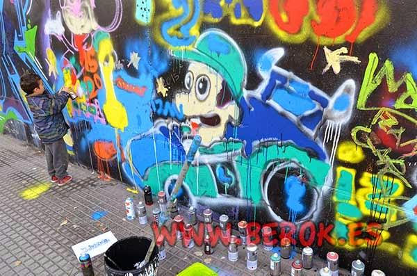 Baby School pintando graffitis