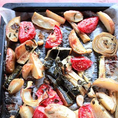 Pieczone warzywa i ziołowe kotlety mielone z sosem